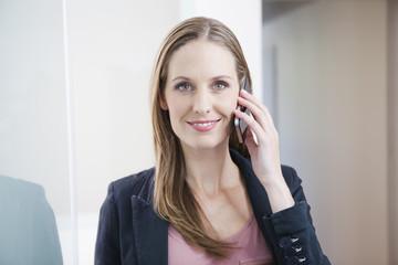 Deutschland, junge Frau am Telefon sprechen