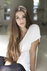 ernst aussehende Teenager- Mädchen