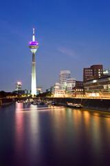 Deutschland, Düsseldorf, Medienhafen mit Fernsehturm in der Abenddämmerung