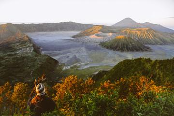 Indonesien, Java, Bromo Tengger Semeru-Nationalpark, Tourist schaut nach unten in Bromo Vulkan