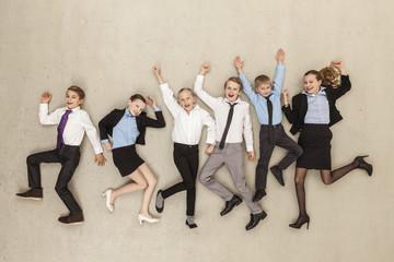 Business- Kinder tanzen im Büro