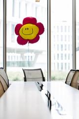 Polen, Warschau, Konferenzraum des Hotels mit Smiley Ballon