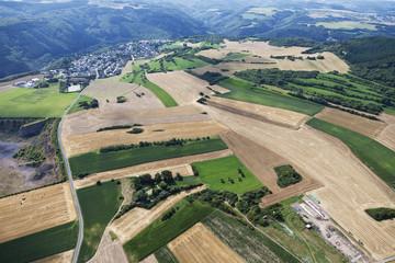 Deutschland, Rheinland-Pfalz, Blick auf Felder und Dorf St. Johann
