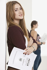 Junge Frau und Teenager-Mädchen mit Abiturzeugniss
