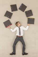 Business JungeJonglieren mit Aktenordner