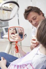 Deutschland, Bayern, Zahnarzt untersucht Patienten