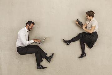 Geschäftsleute arbeiten auf Laptop und Tablet PC