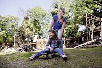 Deutschland, Köln, Mutter und Tochter spielen mit Skateboard