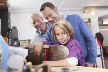 Deutschland, Leipzig, Großvater, Vater und Sohn reparieren Skateboard