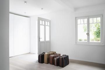Deutschland, Köln, Gepäck im leeren Raum