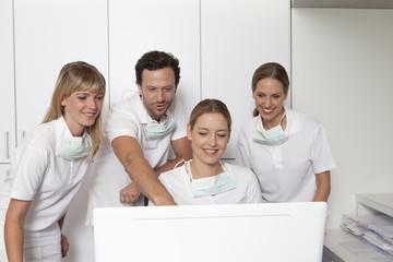 Deutschland, Zahnarzt und Unterstützung Blick auf Bildschirm