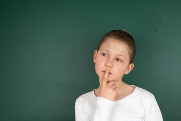 Schülerin legt Finger auf den Mund