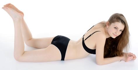 Schlanker Teenager in Bikini liegt