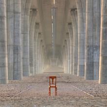 Chaise abandonnée sous le pont de l'autoroute