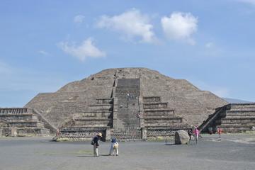 Lieu de grandeur avec la Pyramide la la Lune à Teotihuacan
