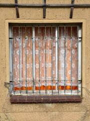 Altes Holzfenster vergittert