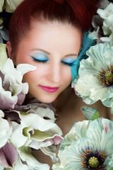 träumende Frau zwischen Blumen