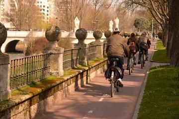 Ciclistas circulando por el carril bici por la ciudad