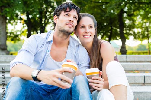 Junge Leute oder Paar im Park einer Stadt