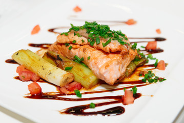 Salmon fillet with chicory and leek