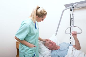 Krankenpflegerin mit patienten senior im bett