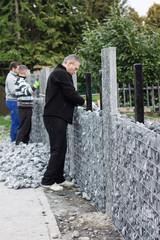 Steinmauer mit Schotter füllen