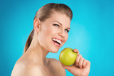 Young woman with great healthy smile holding green apple - 62773266