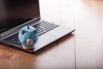laptop mit sparschwein