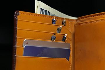 財布とビジネスマン