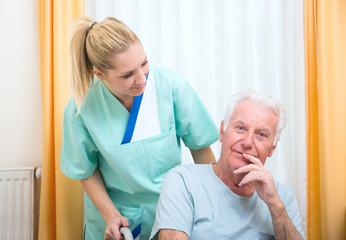 Senior im Pflegeheim