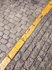Linea amarilla en la calle