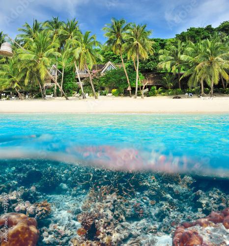 Papiers peints Recifs coralliens Beach with coral reef underwater view