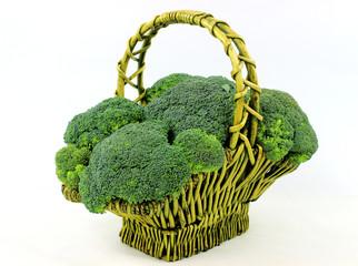 Brokuły w koszy na białym tle