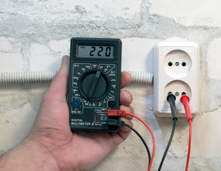 Measuring supply voltage digital multimeter