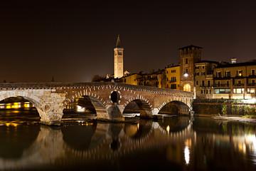 Verona, il Ponte Pietra di notte