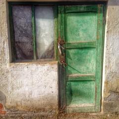 altes Tür und Fenster in Grün