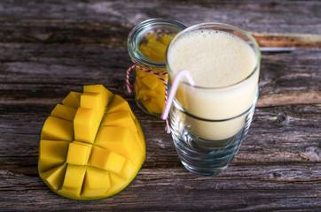 Mandel-Mango-Smoothie