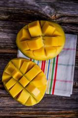 Mango, geschnitten, Hälfte