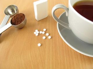 Schwarzer Kaffee mit Süßstofftabletten