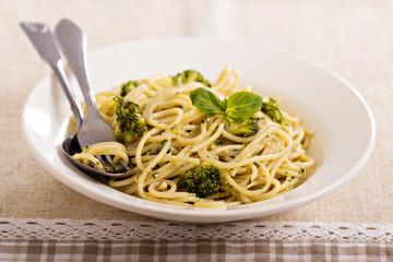 Spaghetti with pesto and broccoli