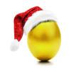 Goldenes Osterei mit Nikolausmütze