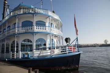 Белый корабль в порту Гамбурга