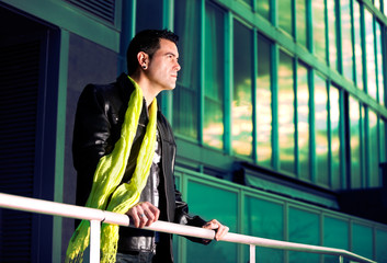Retrato de hombre mirando.Escena urbana