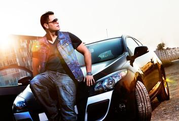 Retrato de hombre y coche.Estilo de vida en la ciudad