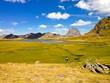 vista de un paisaje entre montañas