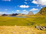 Fototapety vista de un paisaje entre montañas