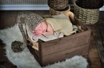 Baby in einer Holzkiste