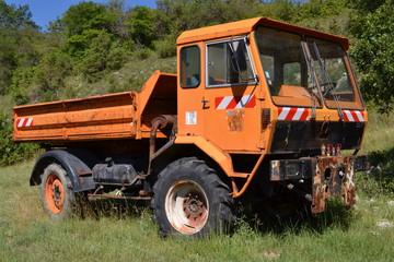 oude vrachtauto op schroothoop