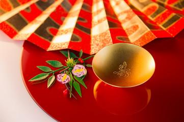 金色の盃と扇子