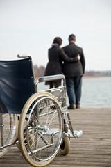 Mann hilft Frau beim gehen